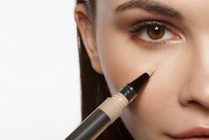 استفاده از کانسیلر در ارایش چشم(رفع تیرگی و پف چشم)